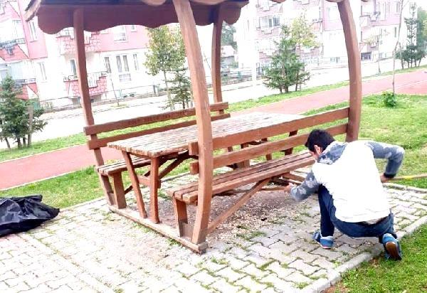 Cüzdanını parkta düşüren şahıs, masada bıraktığı çöpleri toplayınca kimliğini geri alabildi