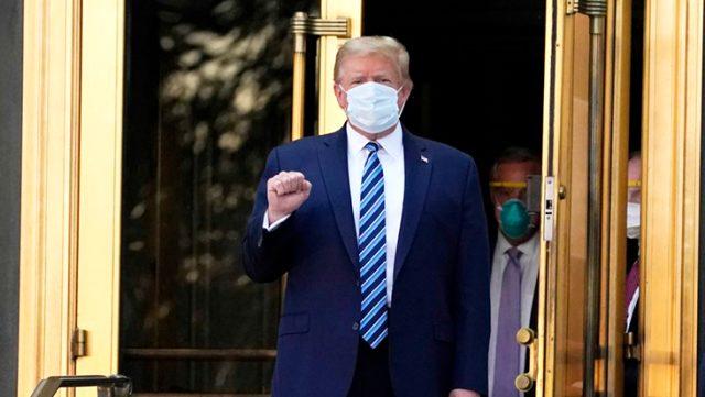 Koronavirüs tedavisi gördüğü hastaneden taburcu edilen Trump, Beyaz Saray'a girer girmez maskesini çıkardı