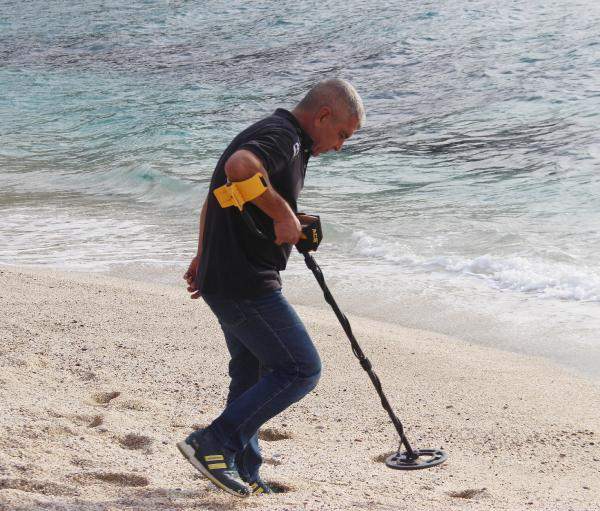 Dedektörle altın arayan dalgıç: Deniz bana her zaman ekmeğimi veriyor